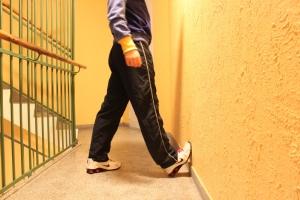 Alternativ 1. Ha kneet rett og press hoften inn mot veggen. Du skal da kunne kjenne det i hele leggmuskulaturen (den ytre delen)